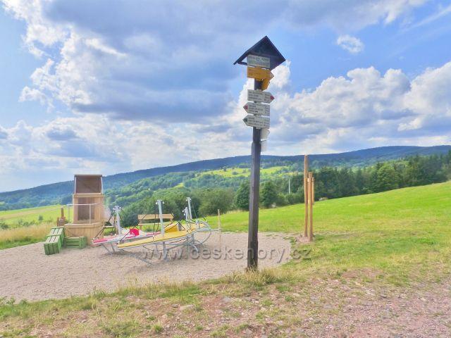 Žacléř - turistický rozcestník u dětského hřiště pod rozhlednou Eliška v areálu dělostřelecké tvrze Stachelberg