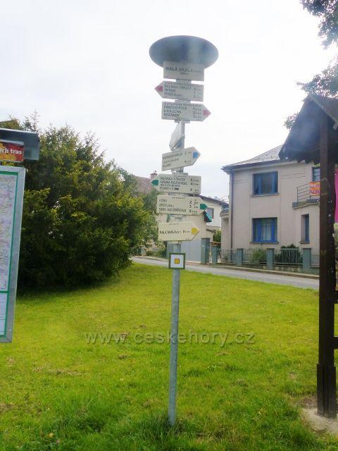 """Malá Skála - turistický rozcestník""""Malá Skála(kap.) 265 m.n.m."""""""