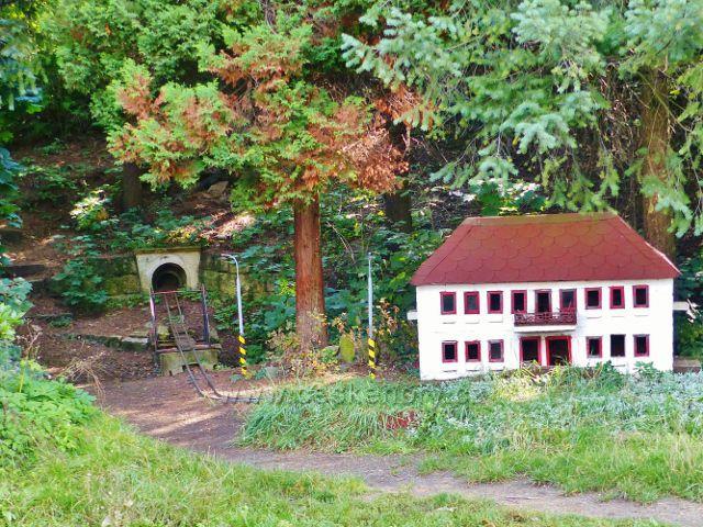 Malá Skála - miniatura vlakového nádraží s tunelem a mostkem na protilehlé straně peronu železniční stanice