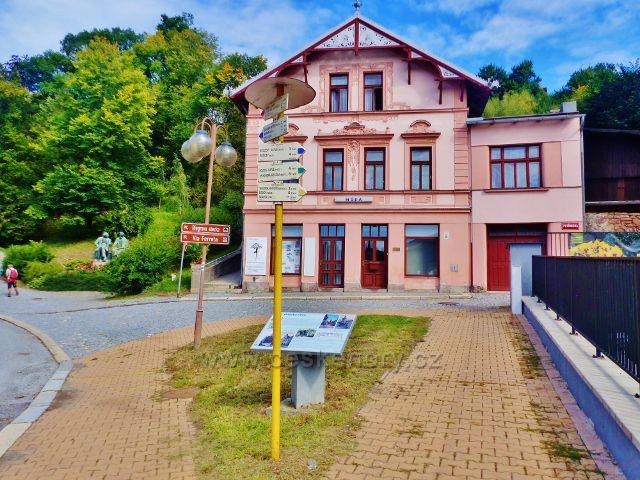 Semily - turistický rozcestník na rohu Petřinovy a Husovy ulice