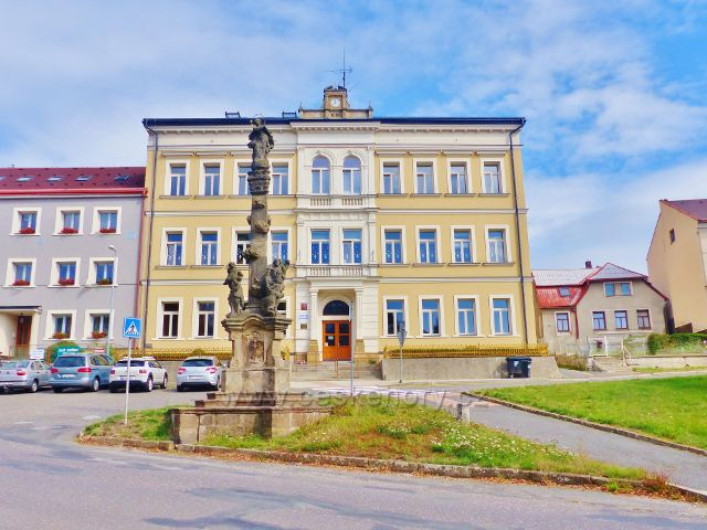 Semily - barokní Mariánský sloup z roku 1738 na Komenského náměstí. Nad ním je ZŠ Ivana Olbrachta