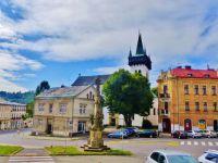 Semily - Komenského náměstí s Mariánským sloupem. V pozadí vyčnívá věž kostela sv. Petra a Pavla