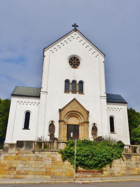 Semily - Kostel sv.Petra a Pavla. Průčelí s vchodovým portálem
