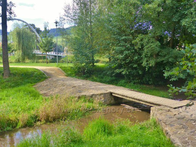 Semily - mostek přes Semilský náhon v Parku Ostrov. V pozadí oblouková lávka pro pěší přes Jizeru