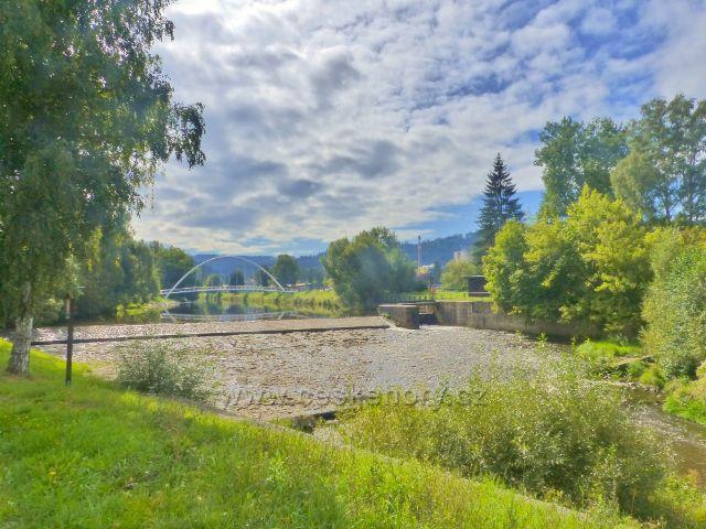 Semily - splav na Jizeře pod městským parkem Ostrov. V pozadí obloukový most pro pěší.