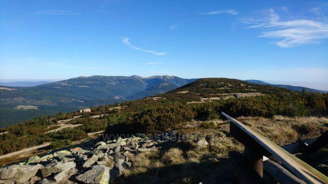 Výhled od Mohyly Hanče a Vrbaty směrem ke Šněžce