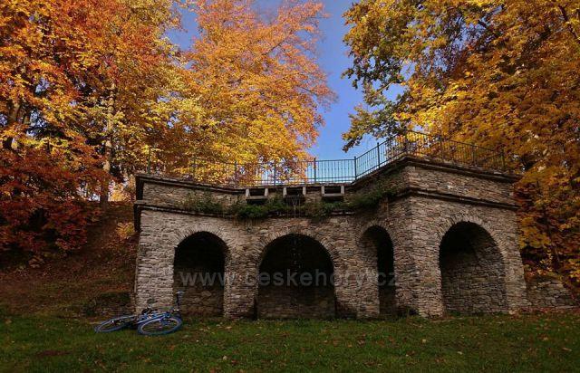 Grotta v zámeckém parku Loučná nad Desnou