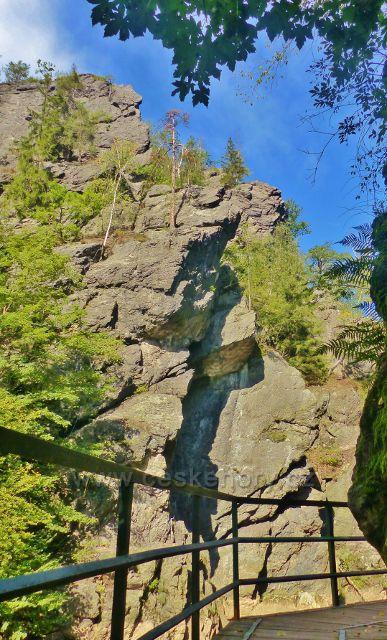 Semily - Riegrova stezka. pohled z lávky ke skalnímu útvaru Vodní brána