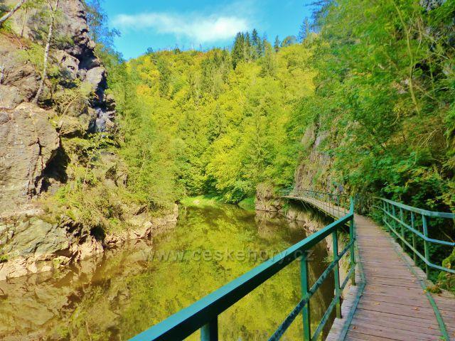 Semily - Riegrova stezka, visutá lávka proti skalnímu útvaru Vodní brána