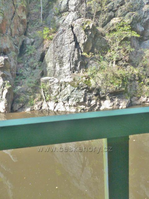 Semily - Riegrova stezka, pohled na spodní část ferraty Vodní brána a bod záchrany RS 18 - Via Ferrata nástup na protějším břehu Jizery