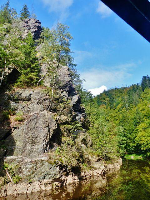 Semily - Riegrova stezka , nad levým břehem Jizery se tyčí skalní útvar Vodní brána