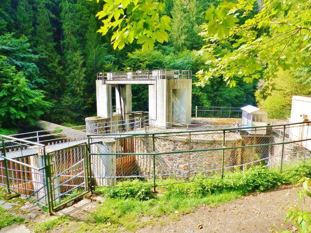 Semily - Riegrova stezka. Stavidla jímacího jezu na Jizeře.Jez slouží k přivádění vody do MVE Spálov.Od jezu vede štola dlouhá 1323 metry a dále 437 metrů dlouhý zděný kanál až do elektrárny.