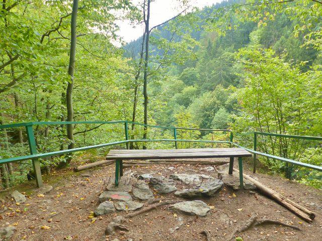 Semily - Riegrova stezka. Výhledové místo s lavičkou  u přístřešku Pěšorest