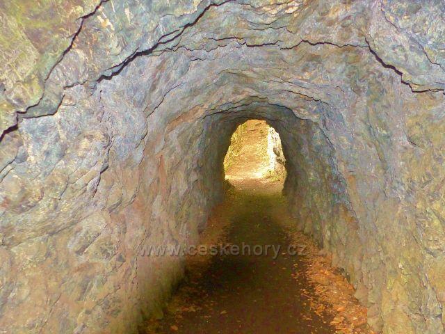Semily - Riegrova stezka.  Tunel pro pěší ve skále nad Jizerou
