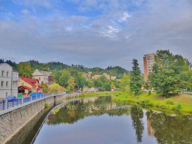 Železný Brod - pohled z mostu přes Jizeru k nábřeží Obránců míru