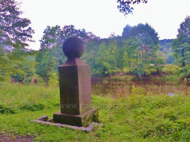 Malá Skála - památník botanika Tedeáše Haenkeho na bývalém Panském ostrově na břehu Jizery
