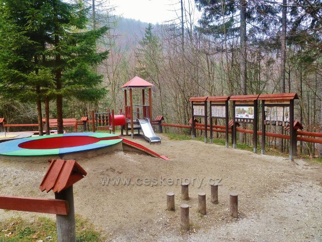Kletno - dětské hřiště u Medvědí jeskyně