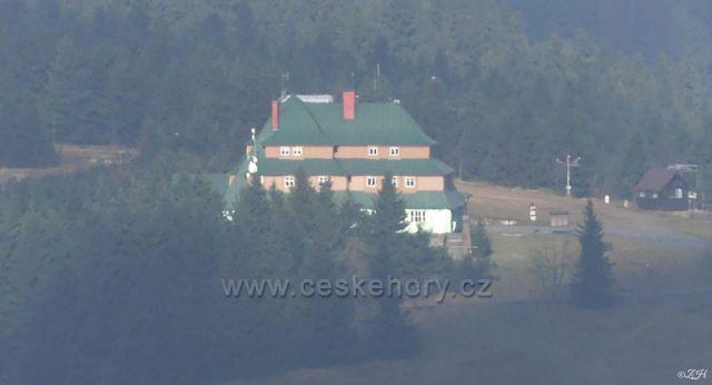 Masarykova chata na Šerlichu z rozhledny na Velké Deštné