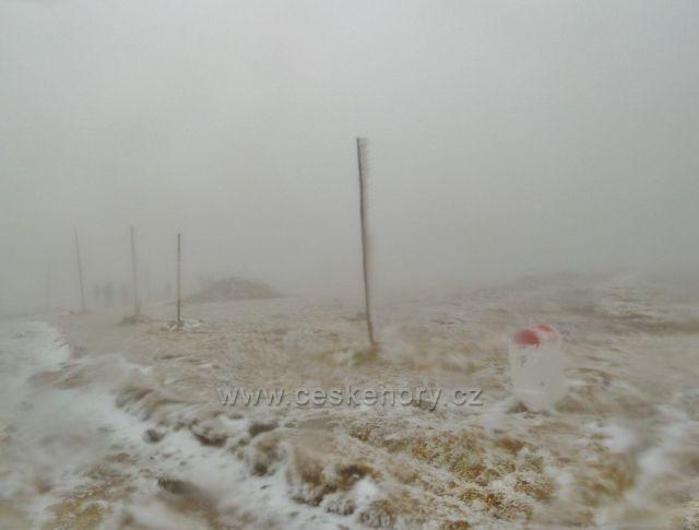 Zimní značení turistické trasy podél státní hranice CZ/PL na vrcholu Králického Sněžníku