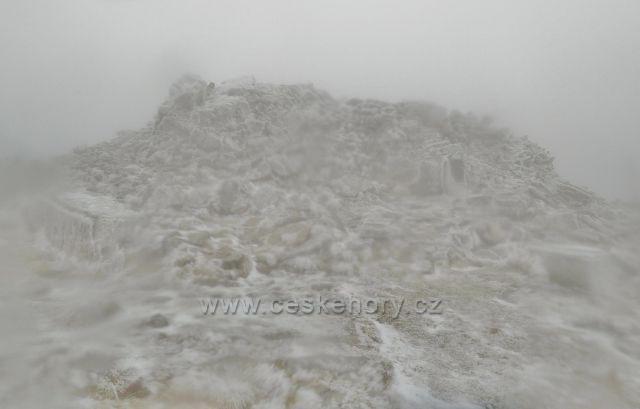 Rozvalina po rozhledně na vrcholu Králického Sněžníku