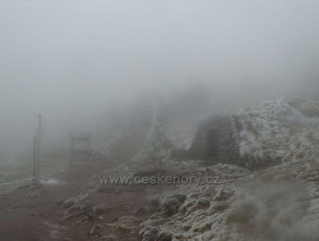 Pramen Moravy pod vrcholem Králického Sněžníku v mlžném oparu