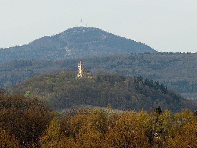 Varnsdorfská vyhlídková věž Hrádek, v pozadí hora Jedlová.