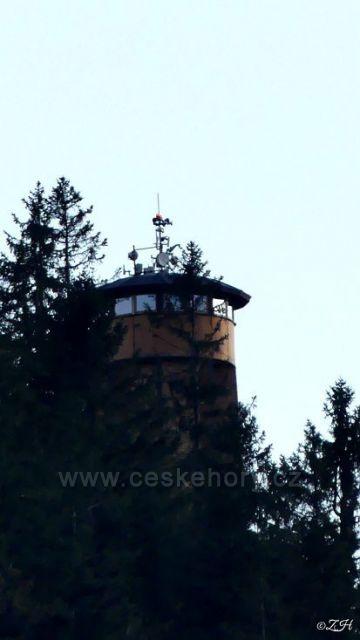 Na obzoru vykuje rozhledna na Křížové hoře