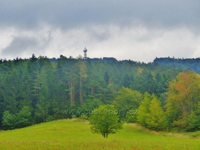 Pohled z obce Loktuše k rozhledně Kozákov
