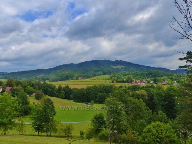 Pohled ze silničky k Rotštejnu na vrch Kozákov