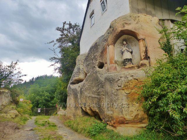 Klokočí - domkařská usedlost čp.2 s tesaným výklenkem se sochou sv.Jana Nepomuckého u trasy po žluté TZ ke skalnímu hradu Rotštejn