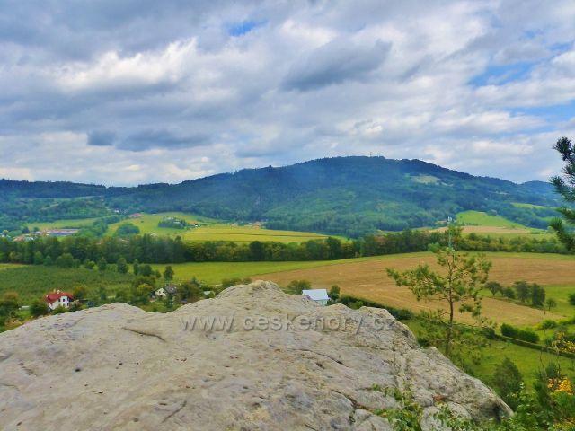 Klokočské skály - pohled z výhledového místa na vrch Kozákov
