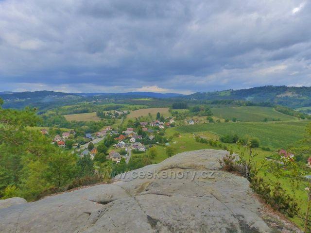 Klokočské skály - pohled z výhledového místa na obec Klokočí