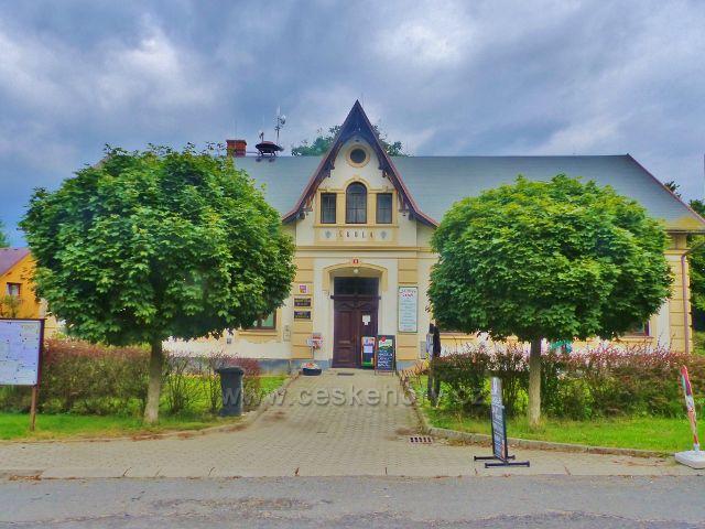 Obec Klokočí - objekt Obecního úřadu, místní knihovny a prodejny smíšeného zboží
