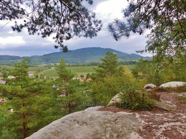 Klokočské skály - vyhlídkové místo na trase po červené TZ - pohled na vrch Kozákov