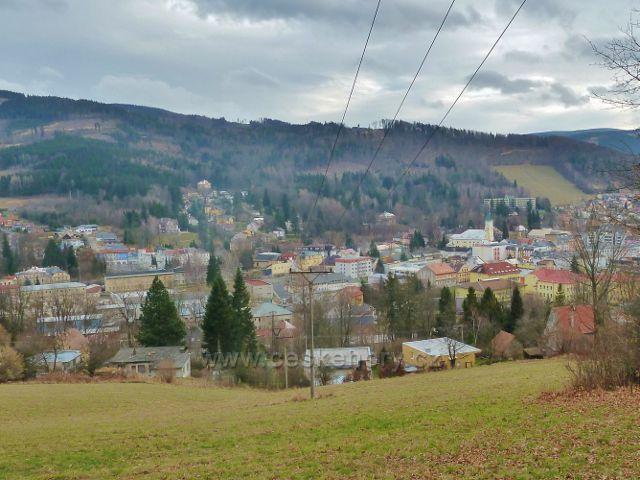 Jeseník Muzikantská stezka - pohled na město a Křížový vrch (698 m.n.m.)