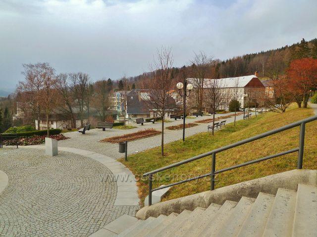 Lázně Jeseník - pohled na část lázeňské promenády