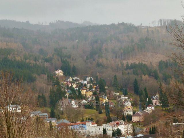 Jeseník, Muzikantská stezka - pohled ke Křížovému vrchu (689 m.n.m.) s kostelem sv. Anny