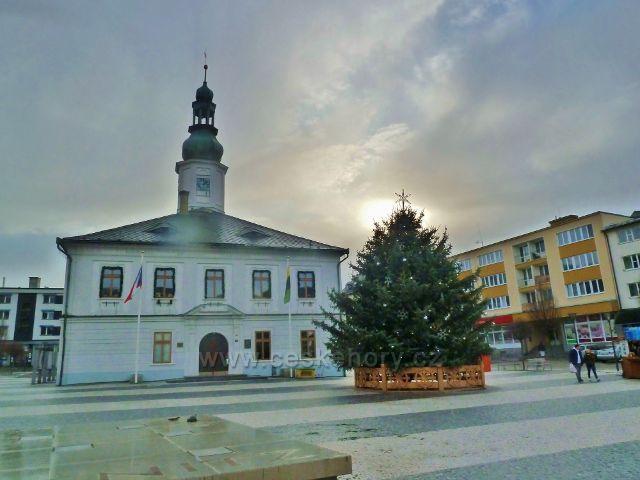Jeseník - vánoční strom před radnicí na Masarykově náměstí