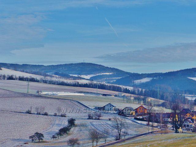 Pohled na Bukovou horu a horní okraj obce Bystřec