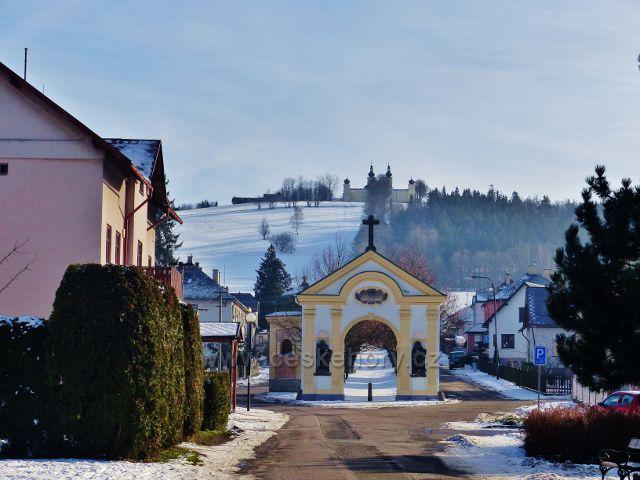 Králíky - kaplička na začátku aleje ke klášteru