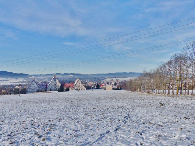 Králíky - pohled na město z Hraběcí stezky. Vpravo je část klášterní aleje.