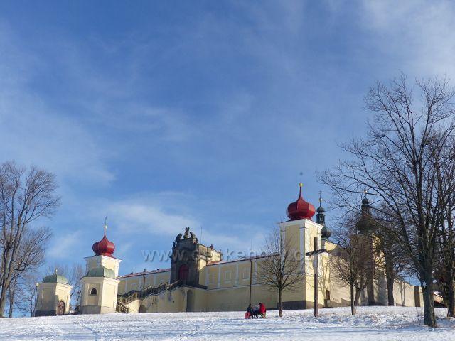 Králíky - portál na vstupním schodišti do klášterního areálu
