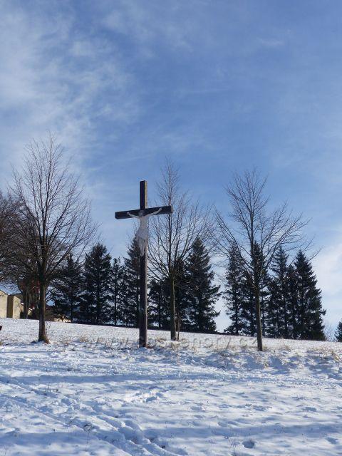 Králíky - dřevěný kříž u stezky k Mariánskému pramenu