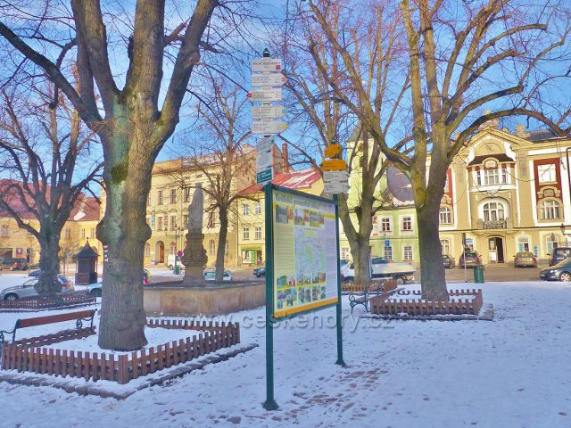 Králíky - informační panel a turistický rozcestník na Velkém náměstí vedle kašny se sochou přadleny
