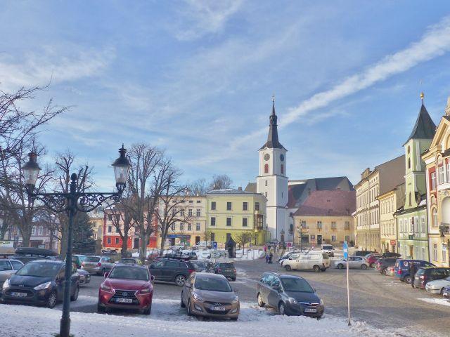 Králíky - Velké náměstí a kostel sv. Archanděla Michaela, který mimo jiné skrývá i varhany od místního varhanáře Ignaze Welzela
