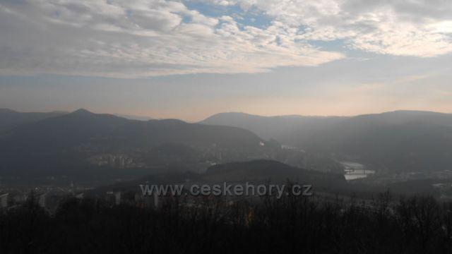 Porta Bohemika ve smogovém závoji z Erbenovy vyhlídky
