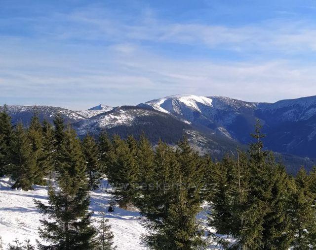 Výhled na hlavní hřebeny z Medvědína