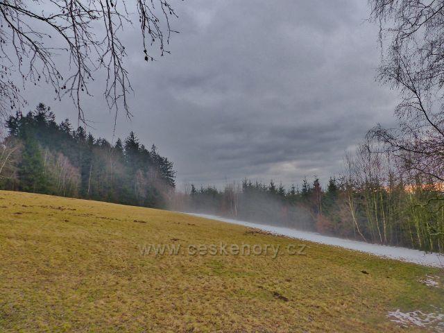 Malé Svatoňovice - po úbočí Jestřebích hor stoupá mlha
