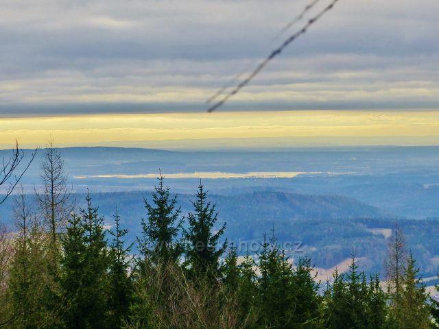 Jestřebí hory - pohled na několik kilometrů vzdálenou vodní nádrž Rozhoš