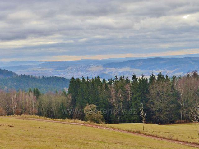 Malé Svatoňovice - pohled z pastviny Na Horách ke Rtyni v Podkrkonoší